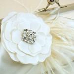 Клатч невесты, украшенный перьями