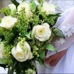 Белые розы с зеленью в букете
