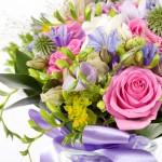 Букет с полевыми цветами и розами