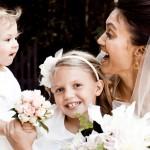 Образы малышей на свадьбе тоже можно дополнить необычными цветочными свадебными аксессуарами