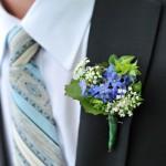 Полевые цветы в бутоньерке жениха