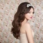 Диадема в свадебной прическе невесты