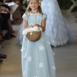 Белые цветочки на голубом платье