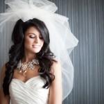 Белый лоск свадебного платья подчеркнут ожерельем