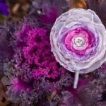 Цветок из розовой ткани в белом обрамлении