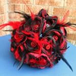 Красные и черные цвета в букете невесты
