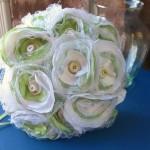 Белые и салатовые цветки из органзы в свадебном букете