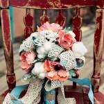 Красные цветы и белый пух в свадебном букете