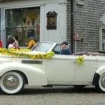 Белое авто, украшенное зеленью и цветами