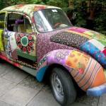 Автомобиль, обшитый разноцветными лоскутками