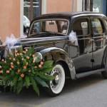 Свадебная машина с цветами и бантами