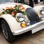 Белый автомобиль, украшенный оранжевыми цветами