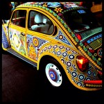 Желтая машина с причудливым орнаментом