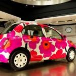 Белая машина с крупными красными цветами
