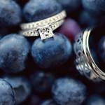 Свадебные кольца на фоне ягод черники