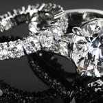 Шикарные кольца с множеством бриллиантов на зеркале