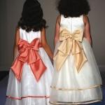 Девочки в белых платьях с красным и желтым бантами