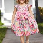 Девочка в ярком платье с розовым бантом
