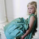 Девочка в бирюзовом платье с бирюзовым бантом