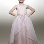 Девочка в кремовом платье с мини-бантом