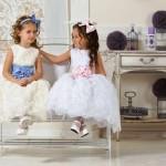 Девочки в белых платьях с голубым и розовым бантами