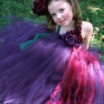 Девочка в фиолетовом платье