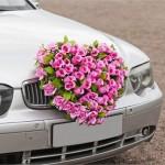 Розовые цветы в украшении свадебного автомобиля