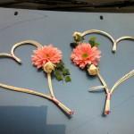 Свадебное авто, украшенное сердцами и оранжевыми цветами