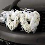 Автомобиль, украшенный пышными белыми цветами