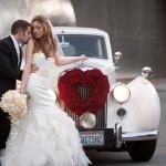 Сердце из красных роз на свадебном автомобиле