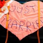 Тканевое сердце в украшении свадебного автомобиля