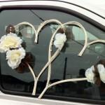 Сердца с белыми цветами на окнах свадебного авто