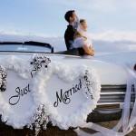 Белые цветы в декоре свадебного автомобиля