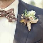 Жених с коричневой бабочкой и белой бутоньеркой
