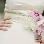Невеста в поясе с цветочными украшениями