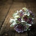 Пурпурно-зеленый букет невесты