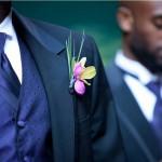 Яркие цветы в бутоньерке жениха