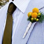 Желтые цветы в свадебной бутоньерке