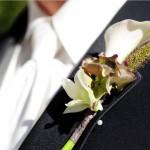 Белые каллы в свадебной бутоньерке