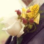 Белая роза в свадебной бутоньерке