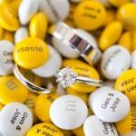 Свадебные кольца среди жевательных конфеток