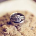 Свадебные кольца и цветные кексы