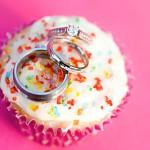 Свадебные кольца на кексе с глазурью