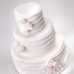 Белый свадебный торт в классическом стиле