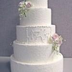 Белый свадебный торт с инициалами молодженов