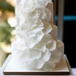 Белый свадебный торт с декором из белых лепестков