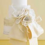 Белый свадебный торт с пышным цветочным бантом