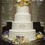 Белый свадебный торт с декором из светлых цветов