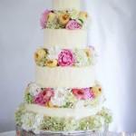 Свадебный торт c декором из летних цветов