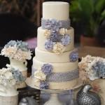 Белый свадебный торт с фиолетовыми цветами